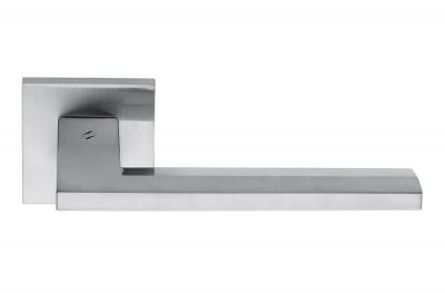 Electra Satin Chrome Türgriff auf Rose von Colombo Design